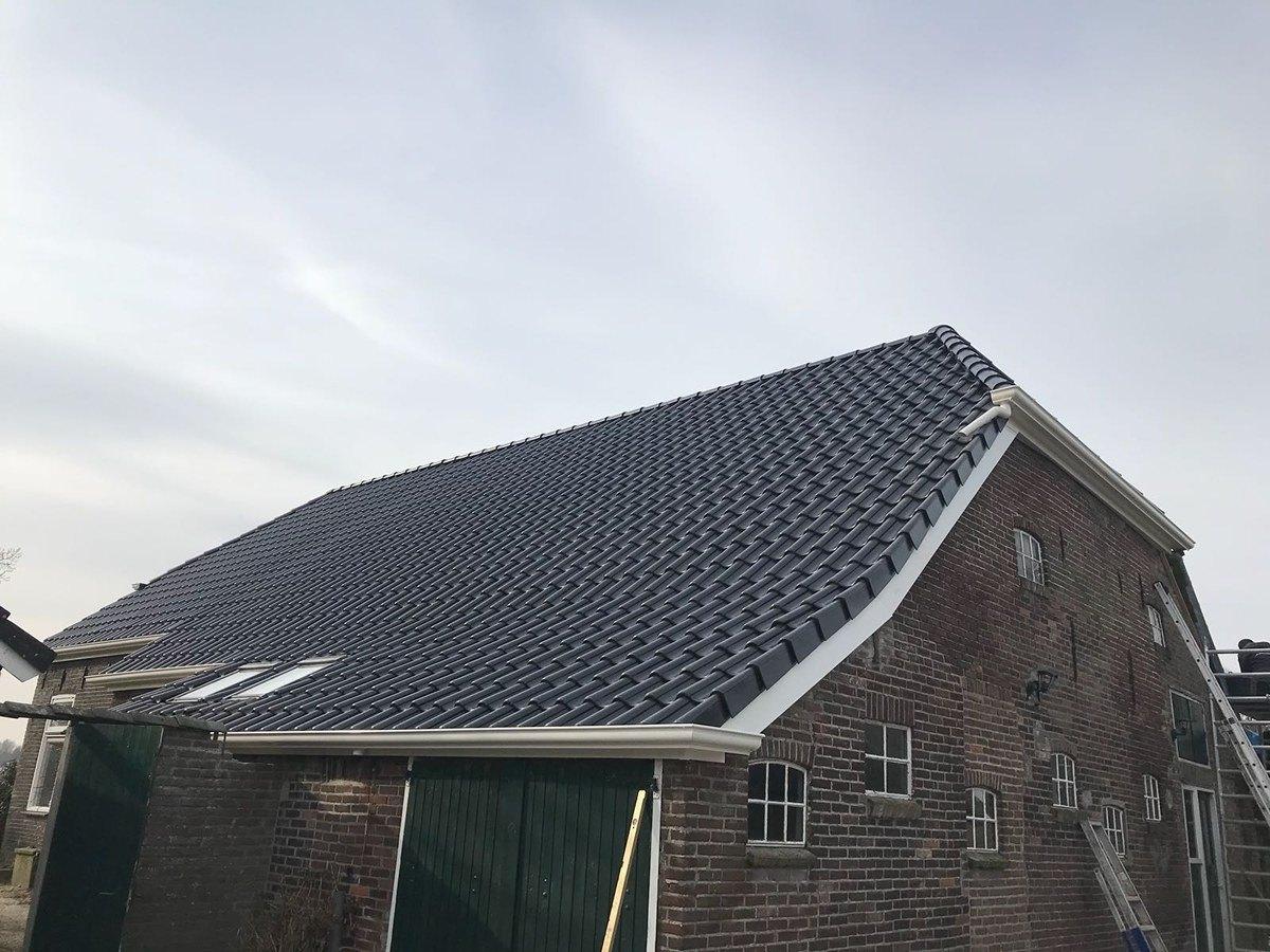 woonboerderij in odoornerveen voorzien van nieuwe zwart edelenengobe nelskamp h10 dakpannen. Black Bedroom Furniture Sets. Home Design Ideas